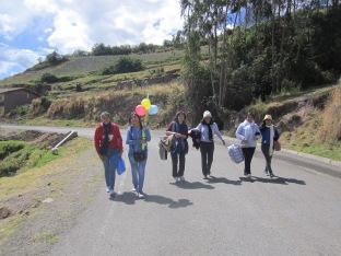 Voluntarias en caminata para intervención en Mache.